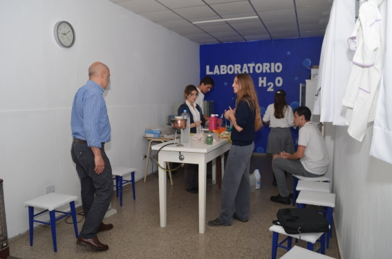 Junto a los alumnos de quinto año en el laboratorio de aguas de la EESOPI 8103