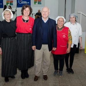 Las cocineras junto al Gobernador.